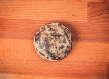 Una piccola pila di zucchero ha lustrato i biscotti del pan di zenzero su un fondo di legno Pan di zenzero rotondo su un tagliere Immagini Stock Libere da Diritti
