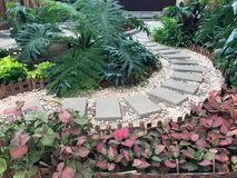 Una piccola progettazione piacevole del giardino nel parco Fotografia Stock