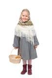 Una piccola ragazza in bandana russa tradizionale con il canestro di vimini Immagine Stock