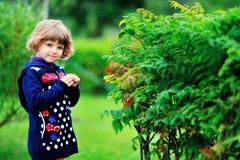 Una piccola ragazza bionda sta camminando nel parco Fotografia Stock Libera da Diritti