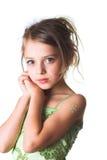 Una piccola ragazza non colpevole in vestito verde Immagine Stock Libera da Diritti