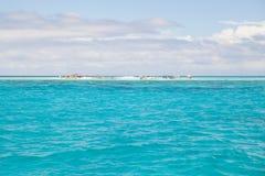 Una piccola spiaggia nel mare aperto Fotografia Stock Libera da Diritti