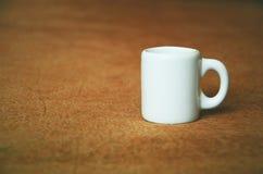 Una piccola tazza bianca Fotografia Stock Libera da Diritti