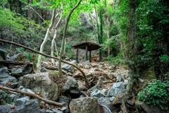 Una piccola tettoia con un banco in mezzo ad un viaggio d'escursione alla cascata di Caledonia, Cipro Fotografia Stock
