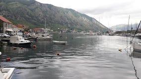 una piccola vecchia città sul mare in Cattaro immagini stock