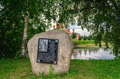 Una piedra conmemorativa con el texto de la crónica en Staraya Russa Imagen de archivo libre de regalías