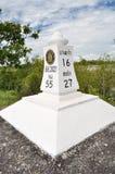 Una piedra del kilómetro en el camino Fotos de archivo
