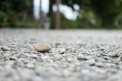 Una piedra grande colocada en una pequeña roca en naturaleza fotografía de archivo