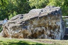 Una piedra grande en el monasterio ortodoxo del ` s de las mujeres Imágenes de archivo libres de regalías