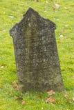 Una piedra sepulcral en un cementerio viejo Imágenes de archivo libres de regalías