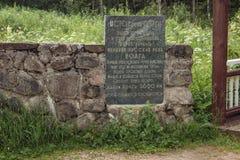 Una pietra commemorativa alla fonte del fiume Volga Fotografie Stock