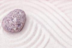 Una pietra del calcare nella sabbia fine del giardino di zen Fotografie Stock Libere da Diritti