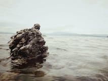Una pietra dura nel lago toba fotografie stock libere da diritti