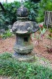 Una pietra latern in un giardino Immagine Stock