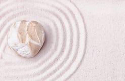 Una pietra mista della spiaggia nella sabbia fine del giardino di zen Fotografia Stock