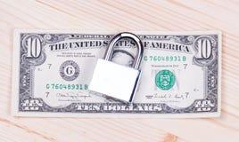 Una pila bloccata sicura sicura di cento banconote in dollari Fotografie Stock