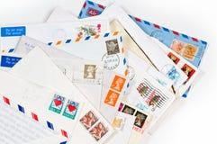 Una pila con los viejos sobres y cartas fotos de archivo libres de regalías