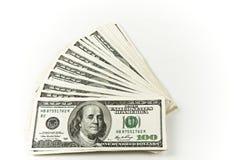 Una pila concentrata di cento fatture del dollaro Immagini Stock