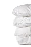 Una pila de 4 fundas de almohada blancas fotos de archivo