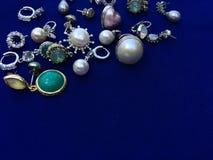 Una pila de accesorios de la joyería para la señora hermosa imagen de archivo libre de regalías