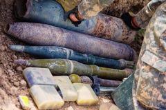 Una pila de armas y de municiones Fotos de archivo
