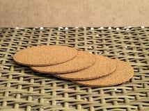 Una pila de bandeja caliente de la porción de la taza hecha del serrín comprimido Fotos de archivo