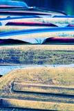 Una pila de barcos vueltos hacia arriba coloridos, resistidos imagenes de archivo