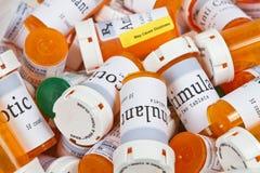 Una pila de botellas de píldora imagenes de archivo
