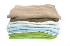 Una pila de camisas limpias Fotos de archivo libres de regalías