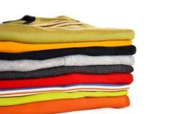 Una pila de camisetas coloridas Fotografía de archivo libre de regalías