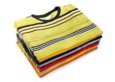 Una pila de camisetas coloridas Fotos de archivo