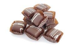Una pila de chocolates en el backroung blanco Fotos de archivo libres de regalías