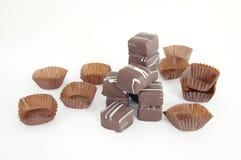 Una pila de chocolates en el backroung blanco Imagenes de archivo