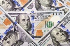 Una pila de cientos billetes de banco de los E.E.U.U. con los retratos del presidente E imagenes de archivo