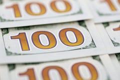 Una pila de cientos billetes de dólar como fondo Pila de cientos nuevos diseños de los billetes de dólar Fondo de 100 nuevos bill fotografía de archivo