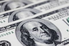 Una pila de cientos cuentas de dólar de EE. UU. en una tabla imagenes de archivo
