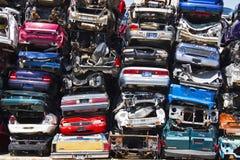 Una pila de coches apilados de los desperdicios Foto de archivo