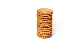 Una pila de crema del bocadillo del soplo de las galletas del cicle aislada en blanco Fotografía de archivo