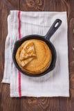 Una pila de crepes con crema agria y miel Foto de archivo libre de regalías