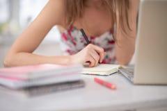 Una pila de cuadernos en el espiral y de estudiante en el ordenador portátil imágenes de archivo libres de regalías