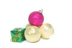 Una pila de decoración de la Navidad y de caja de regalo Fotos de archivo libres de regalías