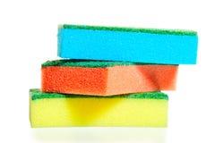 Una pila de esponjas coloridas para las mercancías en un blanco Imagen de archivo