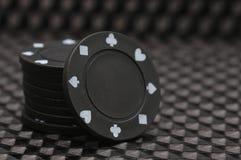 Una pila de fichas de póker negras Fotos de archivo libres de regalías