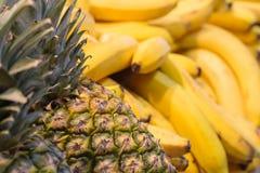 Una pila de frutas tropicales: piñas y plátanos fotos de archivo