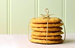 Una pila de galletas de mantequilla hechas en casa de cacahuete atadas con guita fotos de archivo libres de regalías