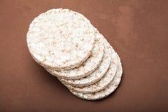 Una pila de galletas del arroz para la dieta fotos de archivo libres de regalías