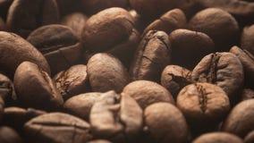 Una pila de granos de café asados que giran