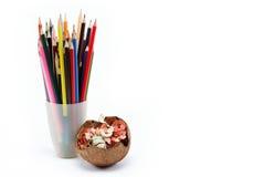 Una pila de lápices coloreados en un blanco. Fotos de archivo