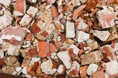 Una pila de ladrillos rojos rotos viejos Imagen de archivo libre de regalías