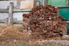 Una pila de ladrillos viejos Imagen de archivo libre de regalías